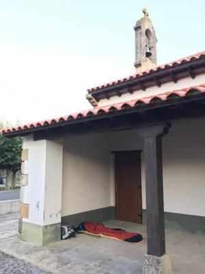 Bivouac dans un porche d'église en Cantabrie
