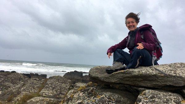 Rocher granitique au bord de l'océan