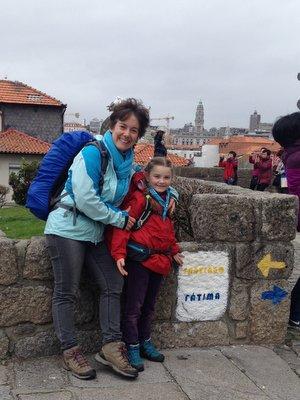 Le départ des pèlerins face à la cathédrale de Porto