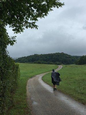Pèlerin sous la pluie