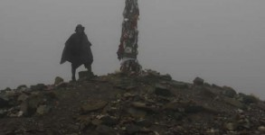 Pèlerin au pied de la Cruz de Hierro