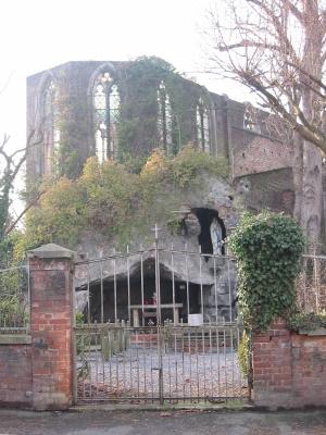 Eglise en ruines à Ombret