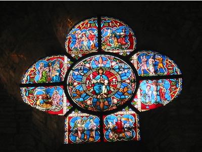 Le vitrail au fond de l'église de Saint Séverin
